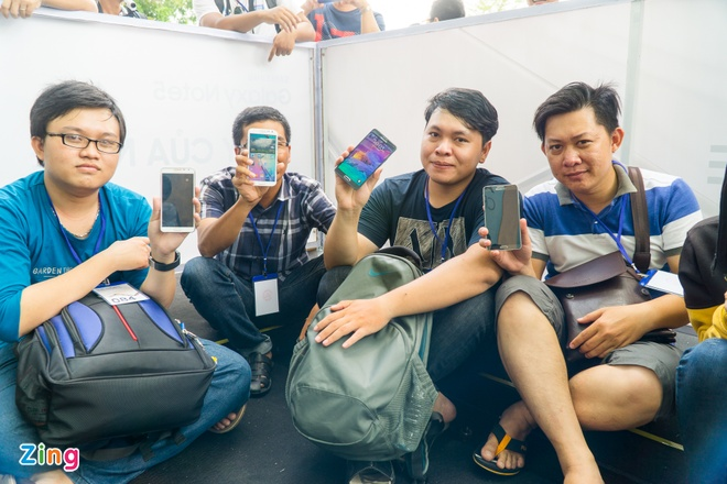 Xep hang truoc gan mot ngay de mua Galaxy Note 5 tai VN hinh anh 4
