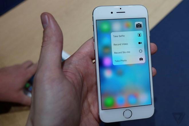 Co nen nang cap tu iPhone 6 len iPhone 6S? hinh anh 2 Chỉ cần nhấp và giữ một lực vừa phải vào biểu tượng camera, một trình đơn hiện ra cho phép người dùng chụp ảnh
