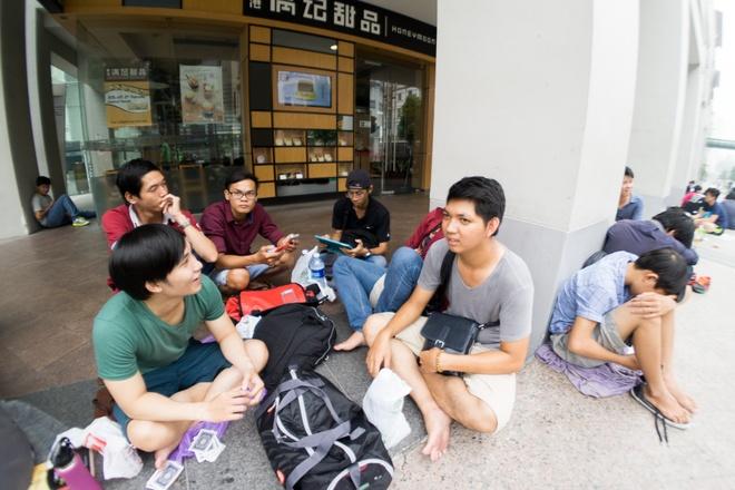Chieu tro gianh cho mua iPhone o Singapore cua dan buon Viet hinh anh
