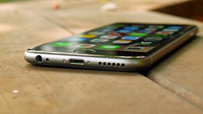 Ai can mot chiec iPhone mong hon? hinh anh 1 Apple đang muốn đánh đổi sự tiện lợi của người dùng chỉ để có một chiếc iPhone mỏng hơn? Ảnh: