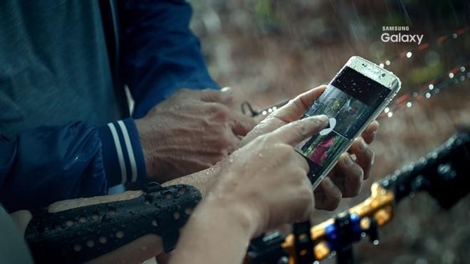 He lo kha nang chong nuoc cua Samsung Galaxy S7 hinh anh
