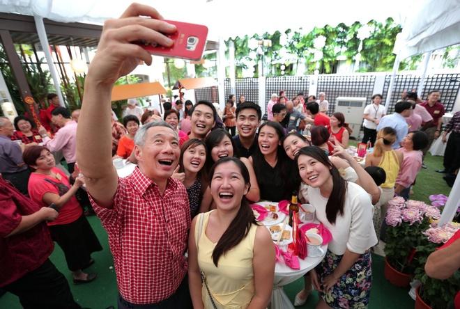 Thu tuong Singapore va Viet Nam chup anh selfie hinh anh 2