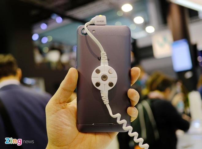Loat smartphone vo kim loai gia thap sap ve VN hinh anh 6