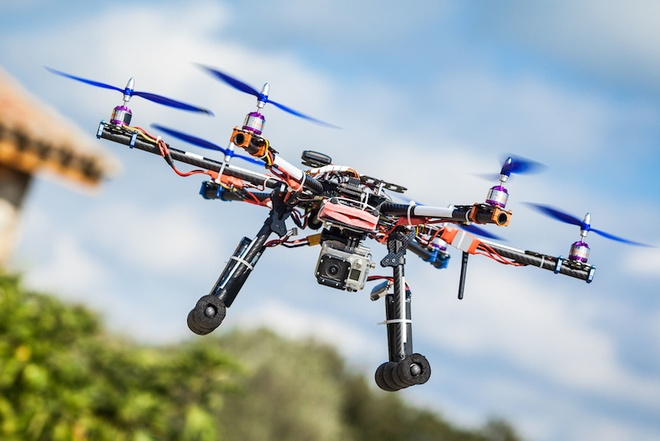 Drone va cham voi may bay anh 1
