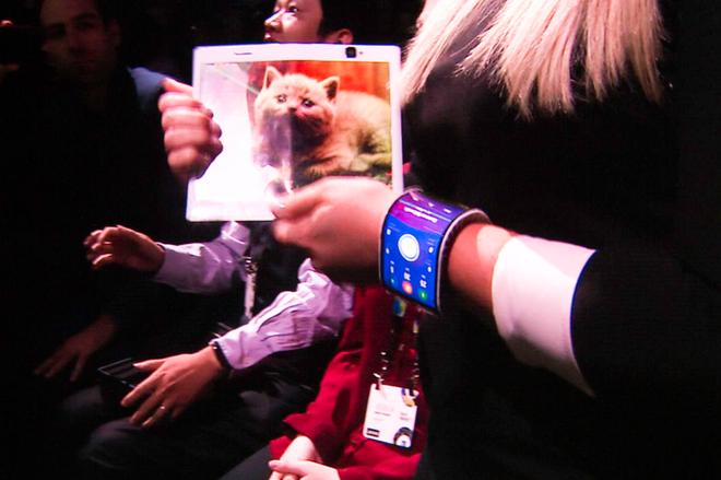 Lenovo gioi thieu nguyen mau smartphone uon deo hinh anh 4