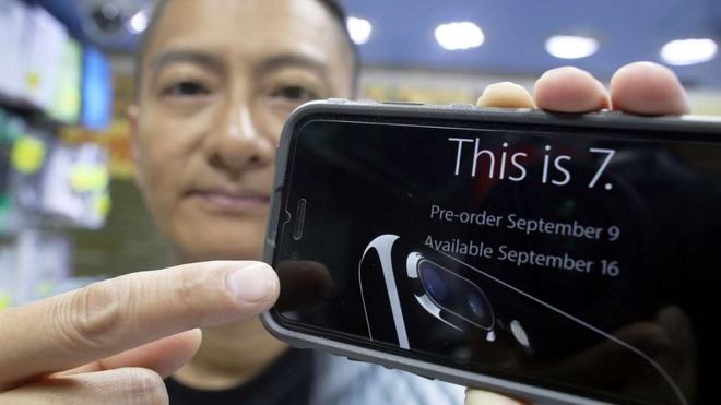 Slogan cua iPhone 7 thanh cau noi tuc o Hong Kong hinh anh