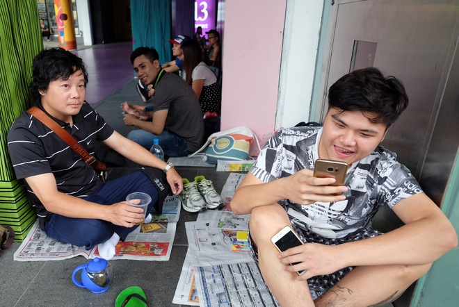 Nguoi Viet xep hang mua iPhone 7 truoc 2 ngay o Singapore hinh anh