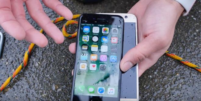 iPhone 7 va Galaxy S7 do kha nang chong nuoc hinh anh