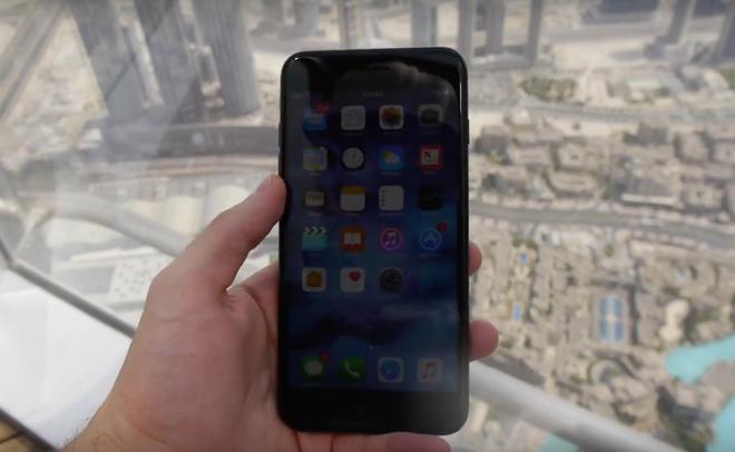 Nem iPhone 7 Plus tu toa nha cao nhat the gioi hinh anh