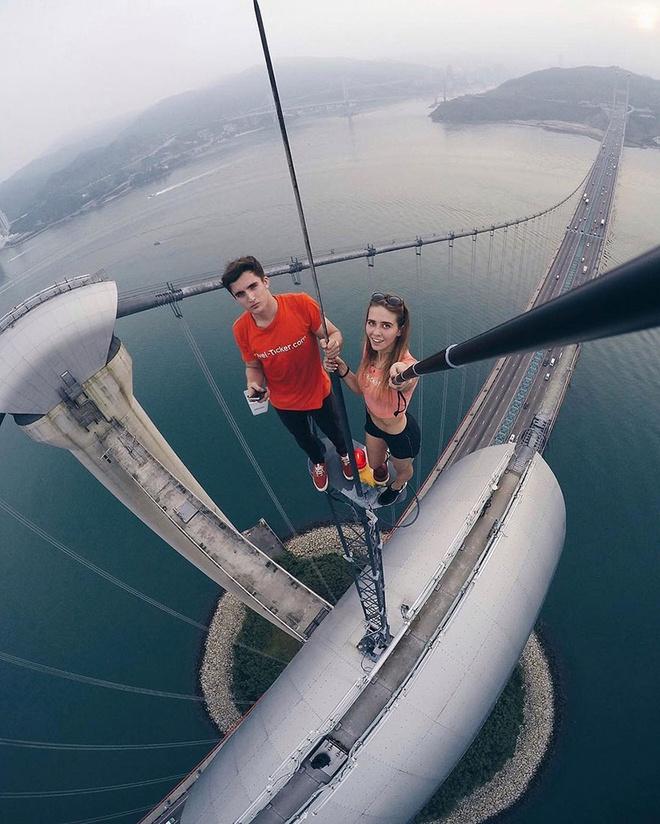 Co gai chuyen selfie o do cao thot tim hinh anh 1