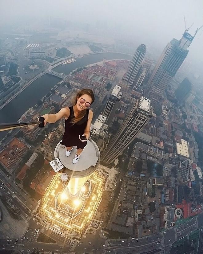 Co gai chuyen selfie o do cao thot tim hinh anh 3