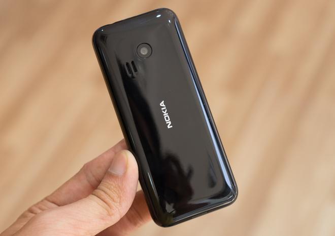 Mo hop Nokia 222 giong iPhone 7 Jet Black vua len ke hinh anh