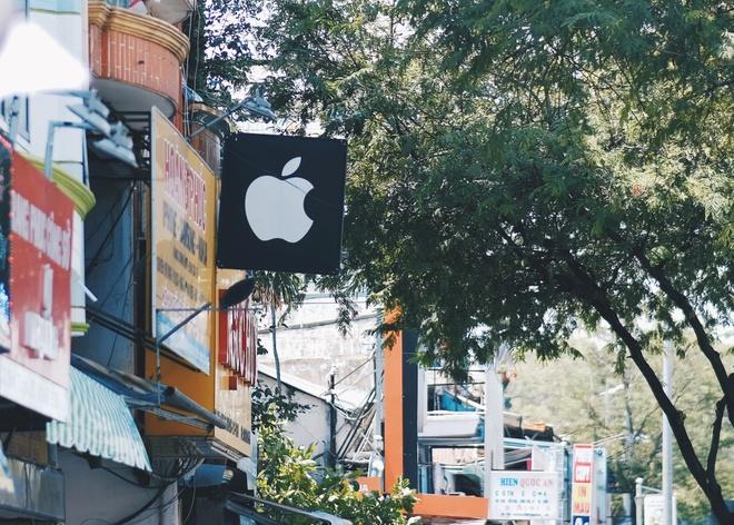 Logo Apple, iPhone tran ngap pho di dong Sai Gon hinh anh