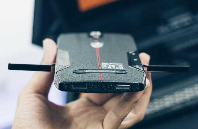 Smartphone Lamborghini cau hinh ngang Bphone gia 100 trieu o VN hinh anh