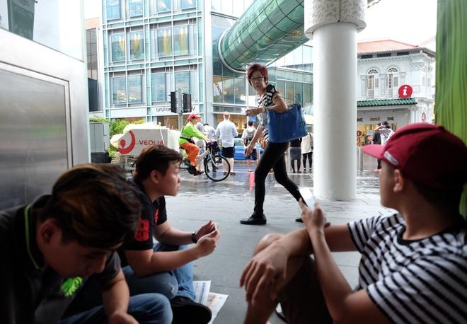 Thue nguoi Viet xep hang mua iPhone X o Singapore 3 trieu/suat hinh anh