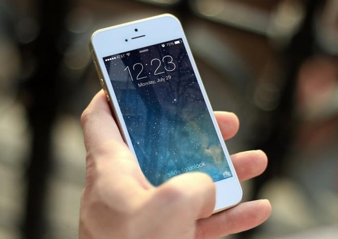 Luat su Viet Nam kien Apple vi lam cham iPhone cu hinh anh