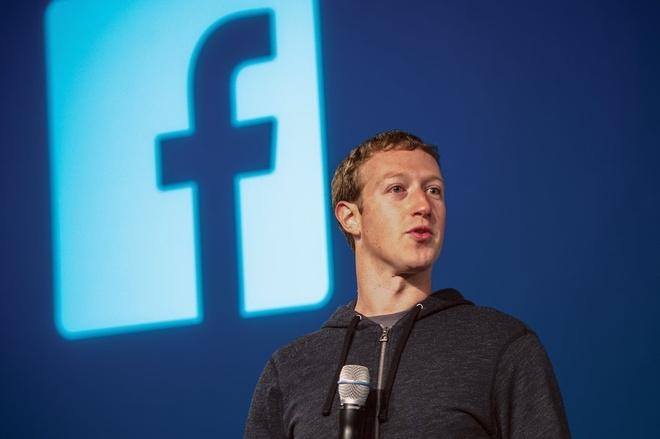 Mark Zuckerberg dang co cuu Facebook va chinh minh hinh anh