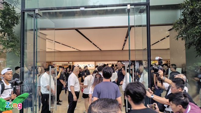 Apple Store vo tran vi moi nguoi Viet mua den 6 chiec iPhone 11 hinh anh 17