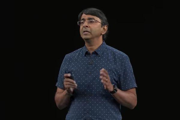 John Ternus (đứng trước hình iMac) và Sribalan Santhanam nằm trong kế hoạch thăng chức trong các bộ phận liên quan đến phần cứng. Ảnh: Apple.