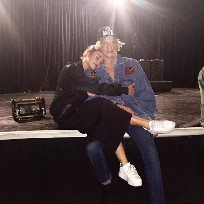 Ban trai Miley Cyrus it dung hang hieu nhung van dien do banh bao hinh anh 1