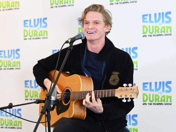 Cody Simpson khoe giong hat truyen cam voi ca khuc 'Without me' hinh anh