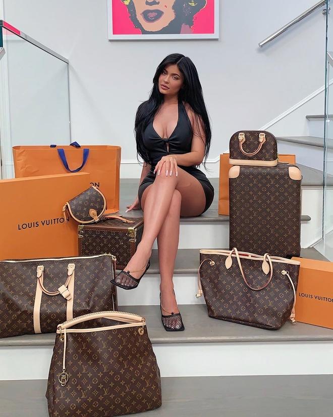 Kylie Jenner tang tui Louis Vuitton va 30.000 USD cho fan may man hinh anh 1