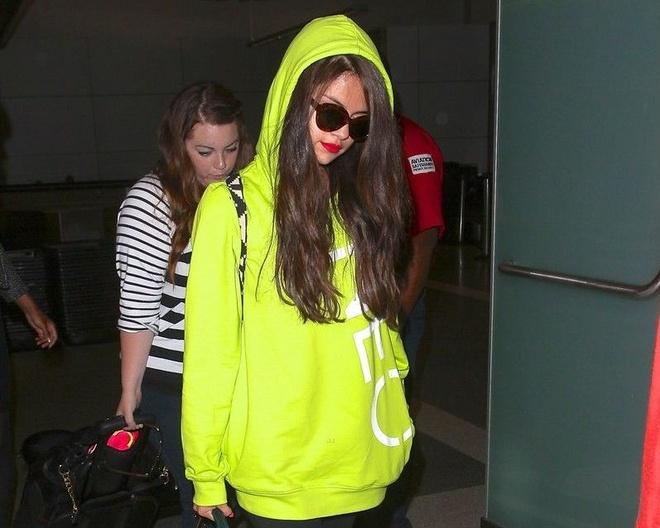 Selena Gomez dien do mau neon ken da van duoc khen dep hinh anh 8