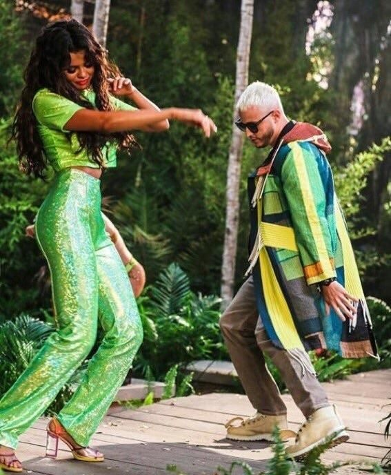 Selena Gomez dien do mau neon ken da van duoc khen dep hinh anh 3