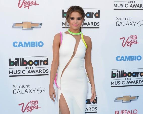 Selena Gomez dien do mau neon ken da van duoc khen dep hinh anh 7