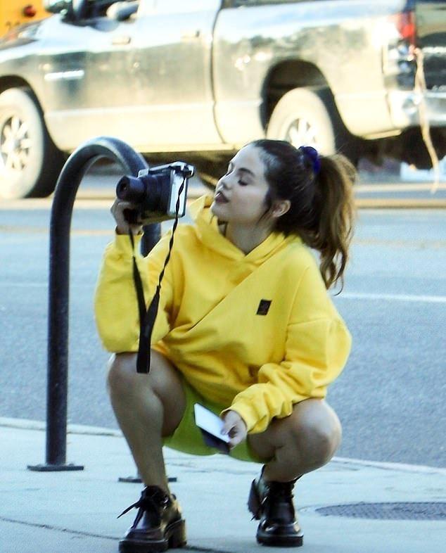 Selena Gomez dien do mau neon ken da van duoc khen dep hinh anh 2