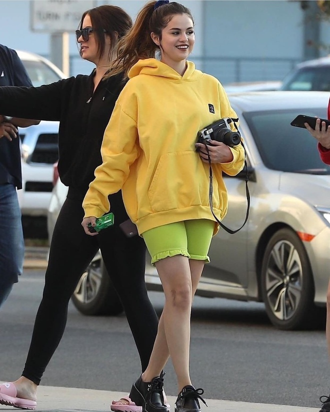Selena Gomez va dan sao Hollywood tich cuc dien mot mac do neon hinh anh 1