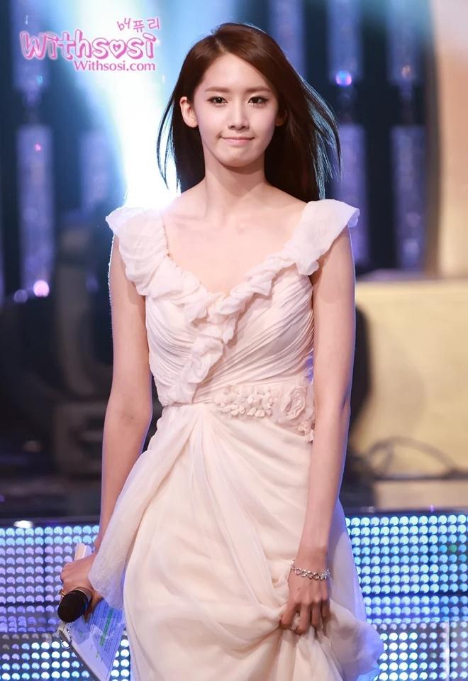 Yoona 10 nam qua luon trong nhu nu than tai cac le trao giai hinh anh 2