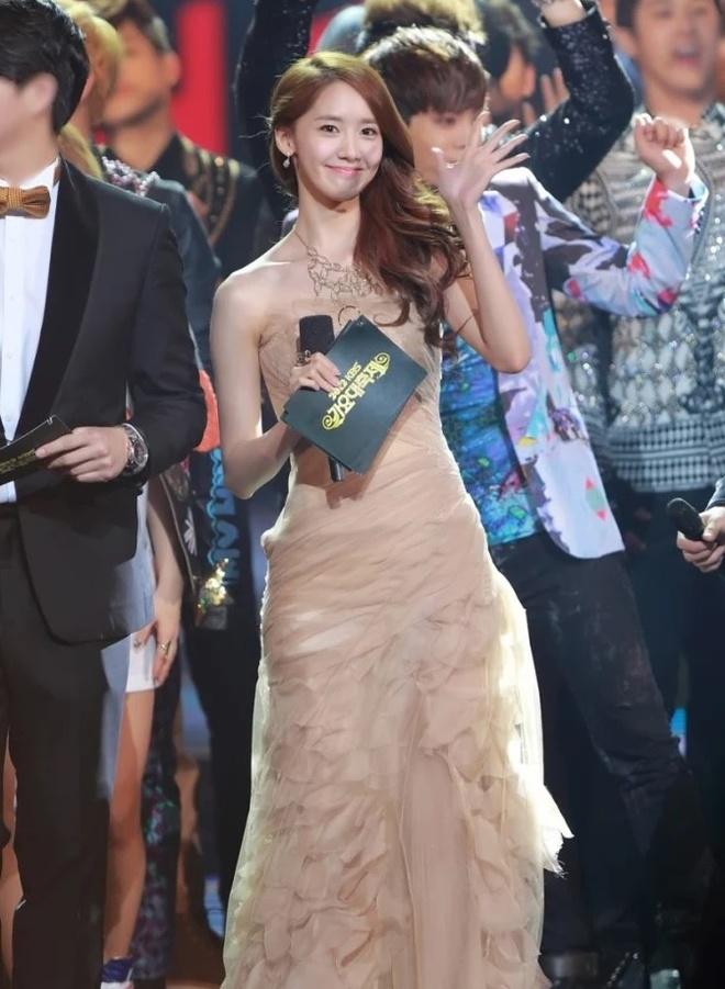 Yoona 10 nam qua luon trong nhu nu than tai cac le trao giai hinh anh 4
