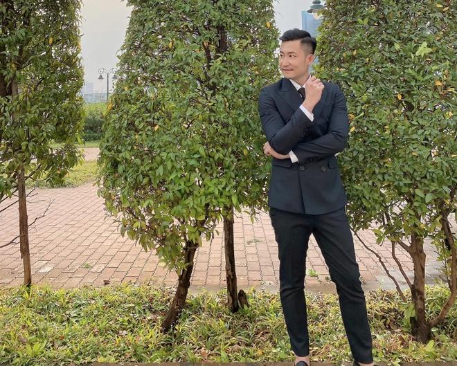 Ngoài đời, Khang của Hoa hồng trên ngực trái cũng chăm chỉ diện suit bảnh bao. Anh có xu hướng lựa chọn kiểu dáng áo khoác double breasted đầy nam tính, mặc bên trong là sơ mi trắng cùng cà vạt.