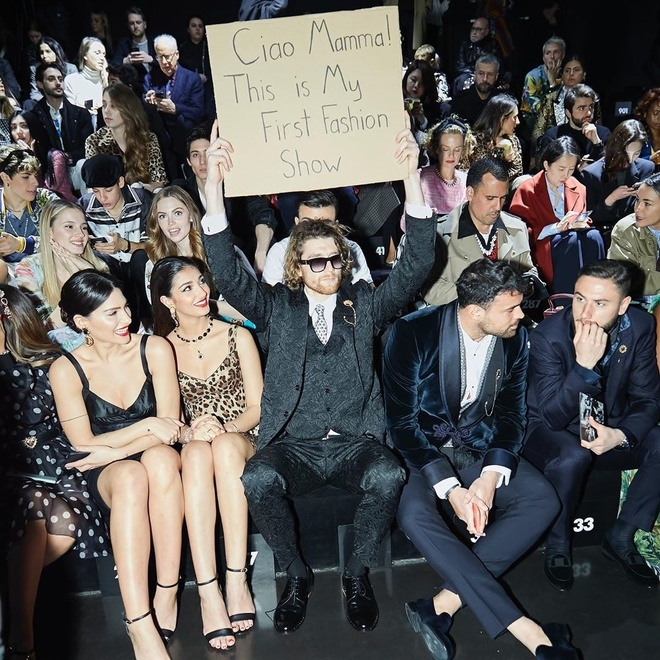 Chang trai gio bia carton, ngoi ghe dau show Dolce & Gabbana la ai? hinh anh 1 5.jpg