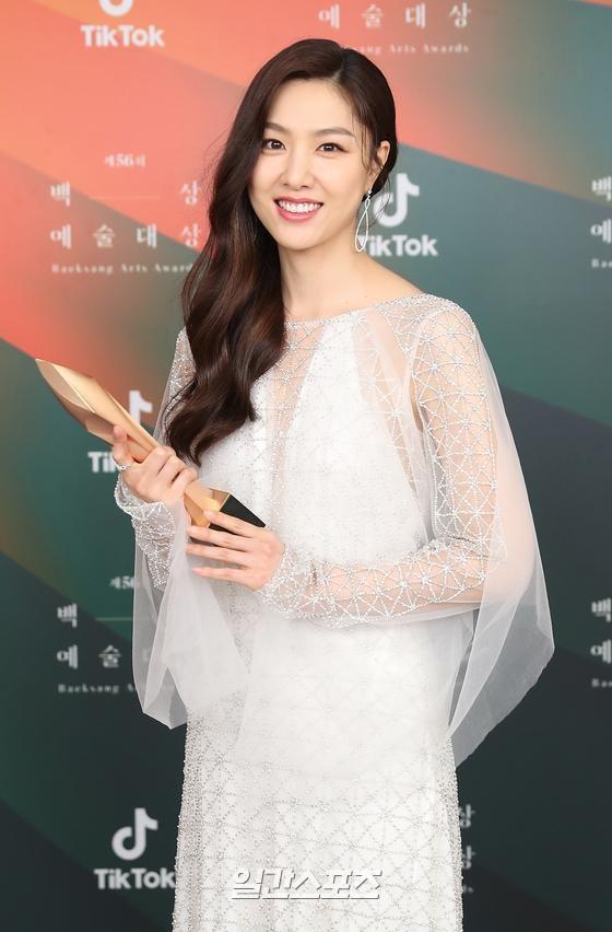 seo ji hye bieu tuong phong cach anh 3
