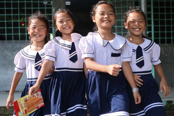 Năm học mới của chị em sinh tư Việt, Nam, Hạnh, Phúc