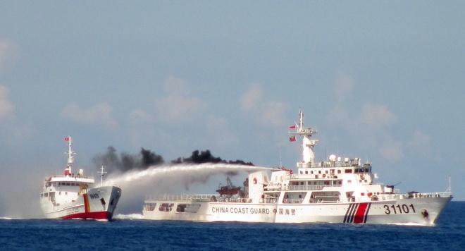 Toan canh 75 ngay Trung Quoc gay han tren Bien Dong hinh anh 2 Hành động thường xuyên diễn ra trên thực địa 2,5 tháng qua. Ảnh: Cảnh sát biển VN.