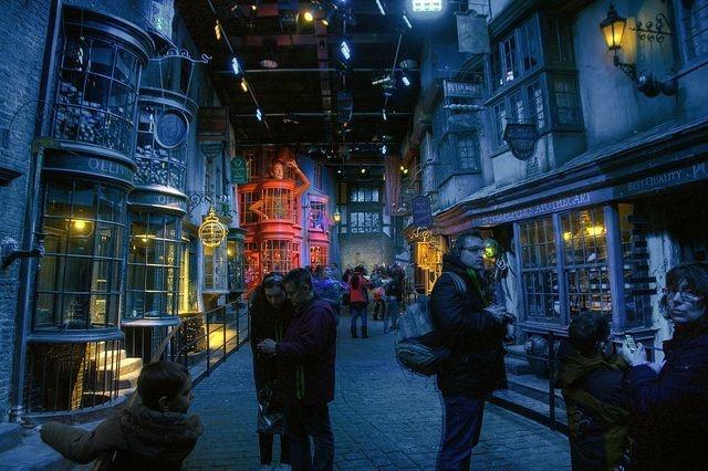 Nhan vien hang Warner Bros di tu vi an cap do luu niem Harry Potter hinh anh 1 Warner_Bros_Studio_Tour_tourists_Scott_Ableman.jpg
