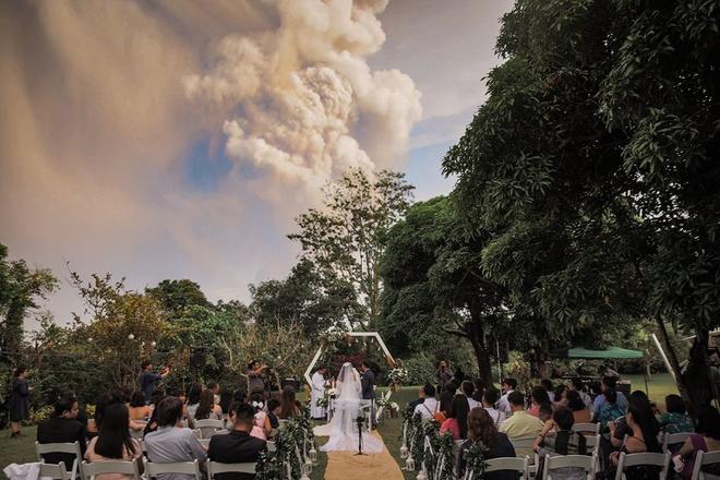 Doi tre Philippines to chuc dam cuoi khi nui lua phun trao phia sau hinh anh 2 82092461_2733509746726686_2661488450468839424_o_1.jpg