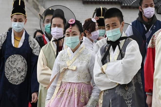 Que nha chua het dich, nguoi Trung Quoc van chay khoi Han vi so hai hinh anh 2 tourists_in_south_korea_wearing_masks_amid_coronavirus_covid_19_outbreak.jpg