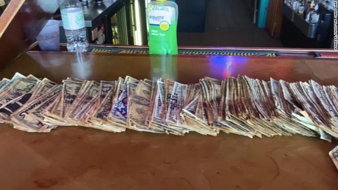 Chu quan bar tang hon 4.000 USD tien le cho nhan vien dang that nghiep hinh anh 2 200409051630_the_sand_bar_tybee_island_exlarge_169.jpg