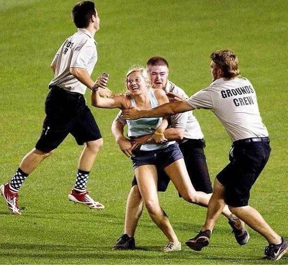 """10 pha ngoi tu vi thich chup anh tu suong hinh anh 2 Kayleigh Hill chạy vào phá đám một trận đấu bóng chày trong khuôn khổ giải các trường đại học. Điều đáng nói là cô gái này hồn nhiên chụp ảnh """"tự sướng"""" ngay cả khi đã bị bảo vệ tóm gọn."""