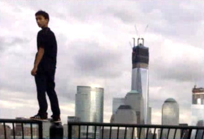 """10 pha ngoi tu vi thich chup anh tu suong hinh anh 7 Một thanh niên 16 tuổi đăng bức ảnh """"tự sướng"""" trên nóc tòa nhà 1World Trade Center. Bức ảnh này khiến cậu bị để ý và bắt giữ, còn nhân viên an ninh chụp ảnh cho cậu bị sa thải."""