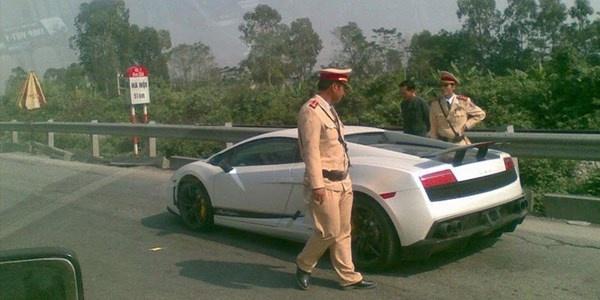 Nguoi lai sieu xe Lamborghini bi CSGT Viet Nam hoi tham hinh anh