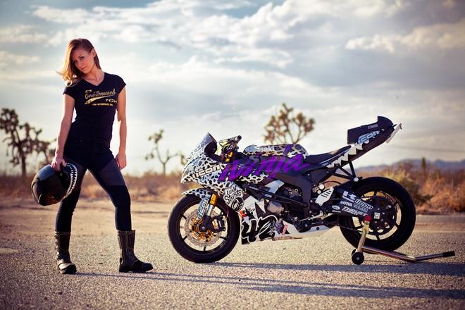 Nu biker My chuan bi trinh dien mo to mao hiem tai Ha Noi hinh anh 1 Nữ stunter Leah bên chiếc Kawasai ZX6R chuyên dùng để biểu diễn của mình.