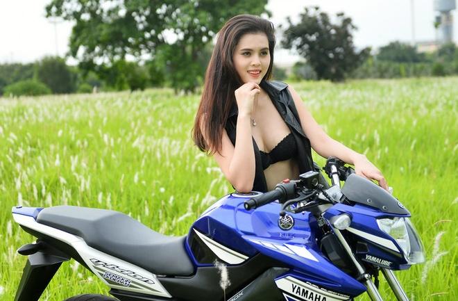 Fan Ha Lan sexy ben Yamaha V-Ixion xanh GP duy nhat tai VN hinh anh