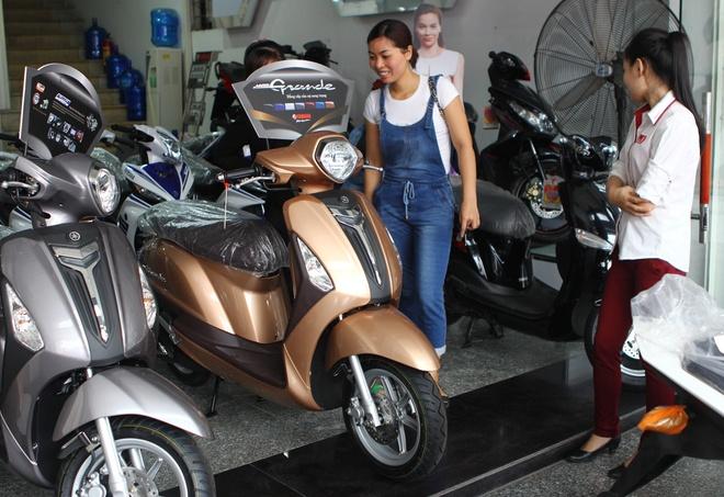 Dai ly xe may don niem vui trong thang 'co hon' hinh anh 1 Nhiều khách hàng không ngại việc mua xe vào tháng cô hồn. Ảnh: Hạ Phong.