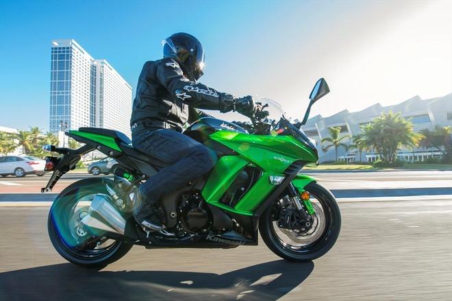 Kawasaki gioi thieu loat mo to moi cho nam 2015 hinh anh 2 Một trong những mẫu sportbike được ưa chuộng nhất trên thế giới Ninja 1000 ABS cũng nhận được những thay đổi đến từ cách phối màu sơn và tem xe. Cung cấp sức mạnh cho Ninja 1000 ABS là khối động cơ 1.043 phân khối, 4 xi-lanh thẳng hàng. Hệ thống phanh đĩa trước sau được tích hợp công nghệ ABS, giúp chiếc xe không bị trượt bánh ngay cả ở điều kiện đường xá gồ ghề. Ninja 1000 sở hữu sức mạnh 140 mã lực và mô-men xoắn cực đại 111 Nm. Phiên bản 2015 có tùy chọn màu sắc xanh lá – xám khói và xám kim loại.
