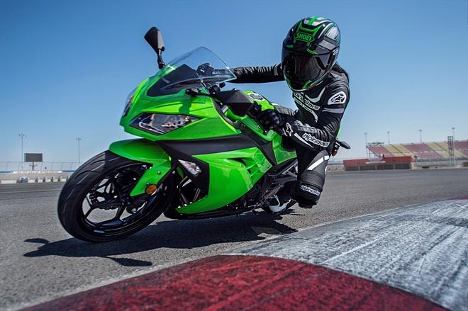 Kawasaki gioi thieu loat mo to moi cho nam 2015 hinh anh 4 Nằm ở phân khúc sportbike cỡ nhỏ, Ninja 300 ABS là một trong những cái tên được nhiều biker đắn đo khi lựa chọn xe. Khối động cơ 296 phân khối, xi-lanh đôi là một lựa chọn tốt để những tay lái non kinh nghiệm làm quen dần với dòng xe sportbike, trước khi nhắm đến những mẫu xe phân khối lớn hơn. Ngoài việc được trang bị bộ tem xe mới, Ninja 300 ABS cũng được trang bị thêm bộ lốp Dunlop TT900 GP để tăng thêm khả năng vận hành.